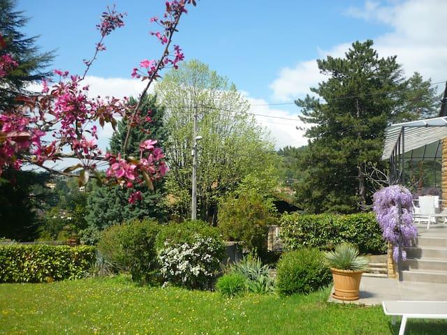 Maison dans verdure, joli village à 10 mn de Lyon!