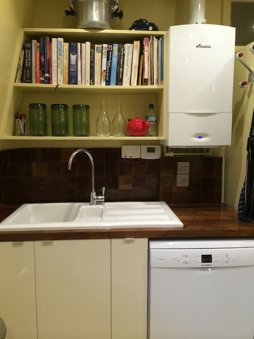 Dishwasher, sink and cookery books in the kitchen!