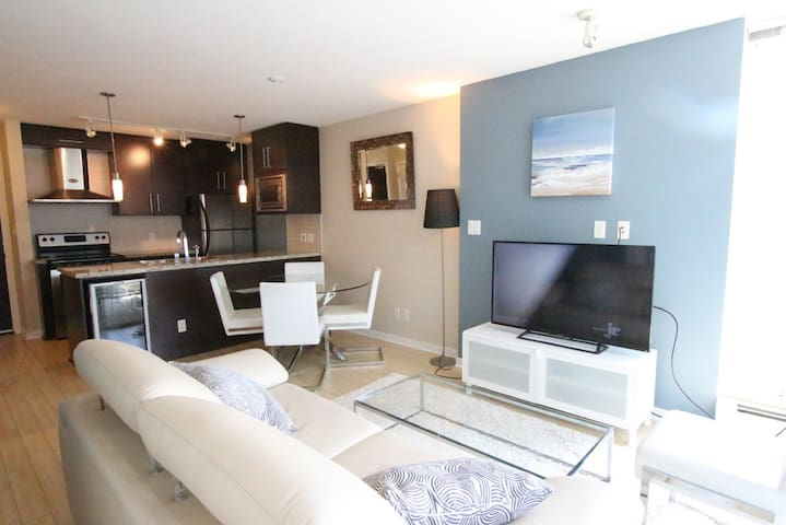 Modern condo: location and comfort with parking