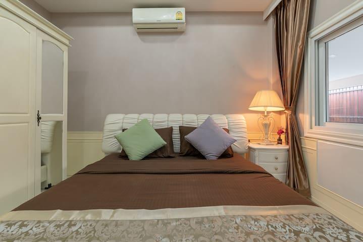 Bedroom 3 (1st floor) : King bed + wardrobe