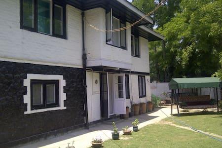 Kashmir Yena Cottage & Rooms - Srinagar - Bed & Breakfast