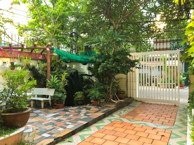 Vũng Tàu Villa Ali 2- Spacious and airy front yard with green space. There are many flowers and tree.