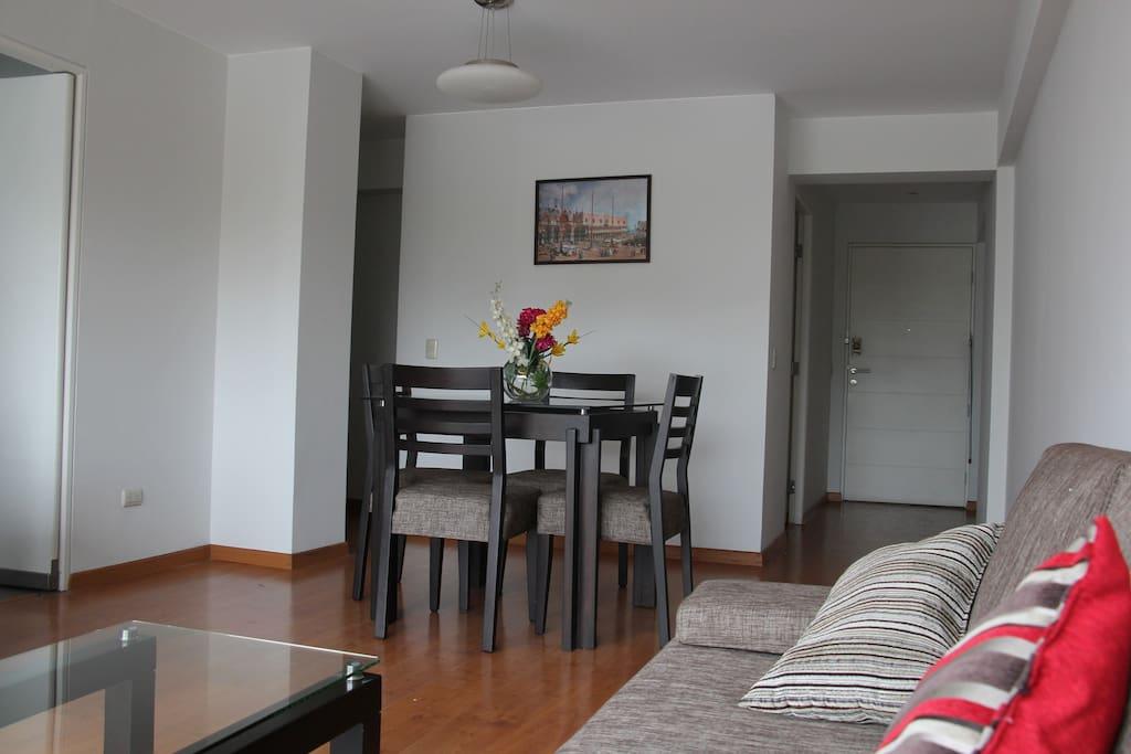 Otra vista del ambiente principal, vizualizandose ingreso al apartamento