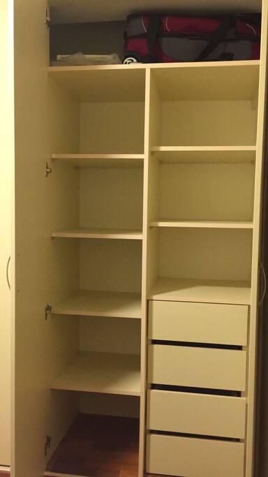 Amplio closet doble (la foto muestra sólo una parte)