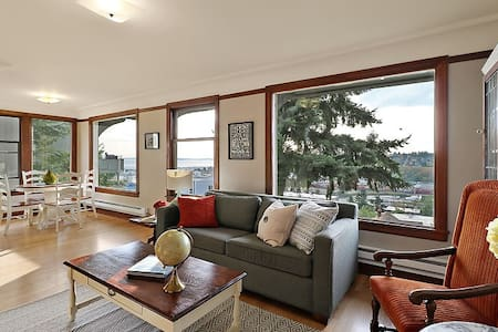 """Sweeping Elliott Bay views, Vintage 1927 Queen Anne 4plex. Remodeled w/ new tile & refinished hardwoods. Charm & modern amenities. Beautiful bath, spacious bedroom, tons of light. W/D, 50"""" smart TV, free WIFI, HBO. Quiet building in great location!"""