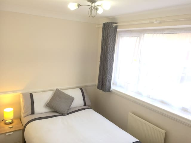 SHENFIELD  1/2hr to Lvpl St Stn - Sml Double Room