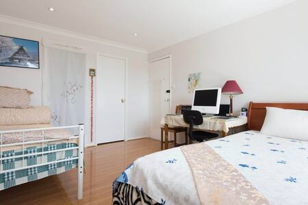 ensuite master room in a 8bedroom house - Cherrybrook