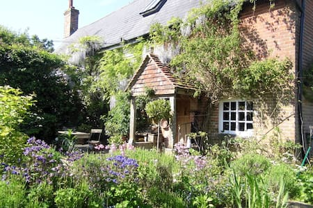 Double room with bathroom opposite on a on a smallholding overlooking the high weald of Sussex.   The Grade II listed cottage has been sympathetically restored with the oldest part being 15th Century. - Albourne - Bed & Breakfast