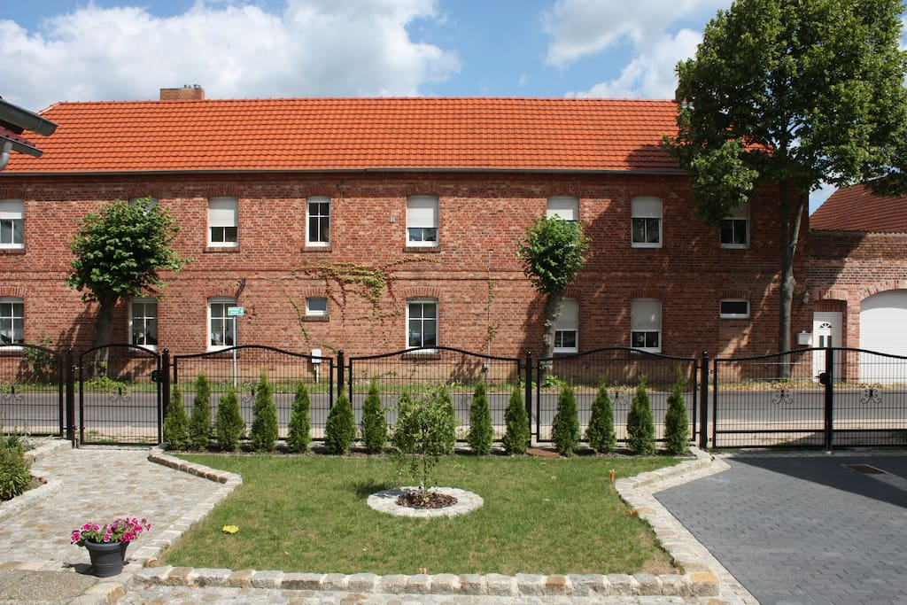 Unser Vier-Seiten-Hof von Außen fotografiert. Die Wohnung befindet sich links im 1. OG