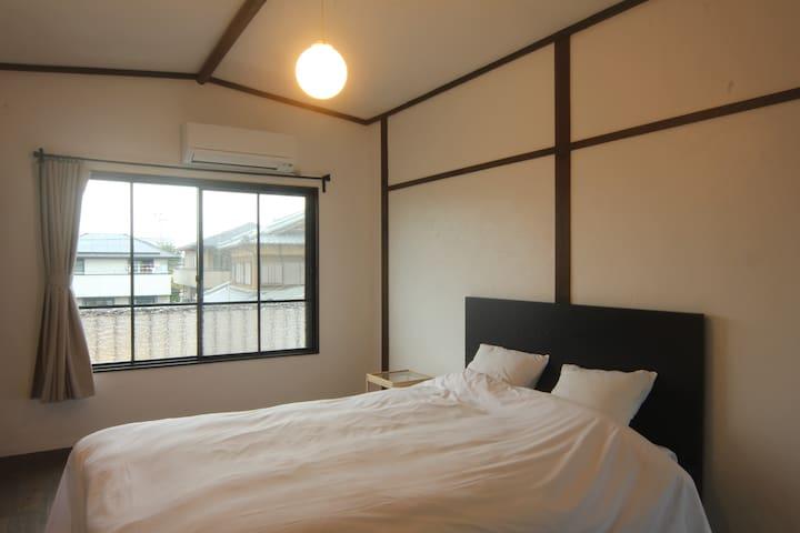 ダブルベッドが1つの洋室のお部屋です。