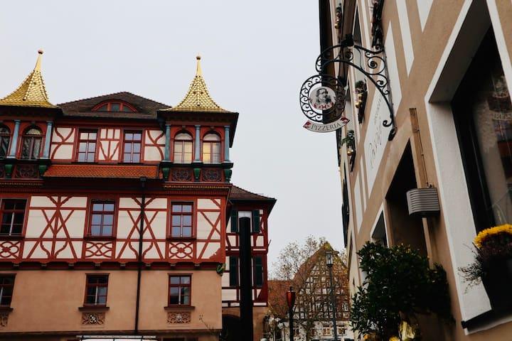Schlafen unter goldenen Dächern; Messe-Nürnberg