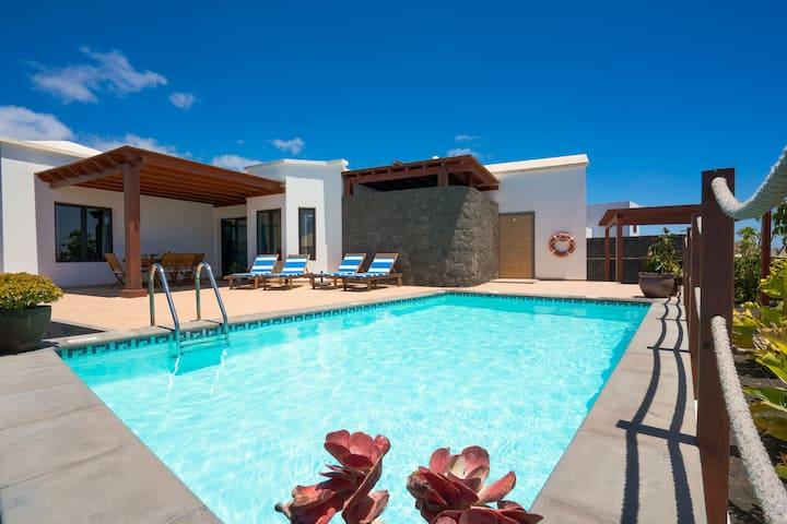 Villa Clara, zona tranquila, piscina y barbacoa.