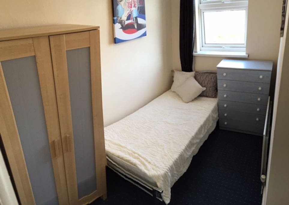 lovely bedroom house in popular suburban area h3 houses for rent in sheffield england. Black Bedroom Furniture Sets. Home Design Ideas