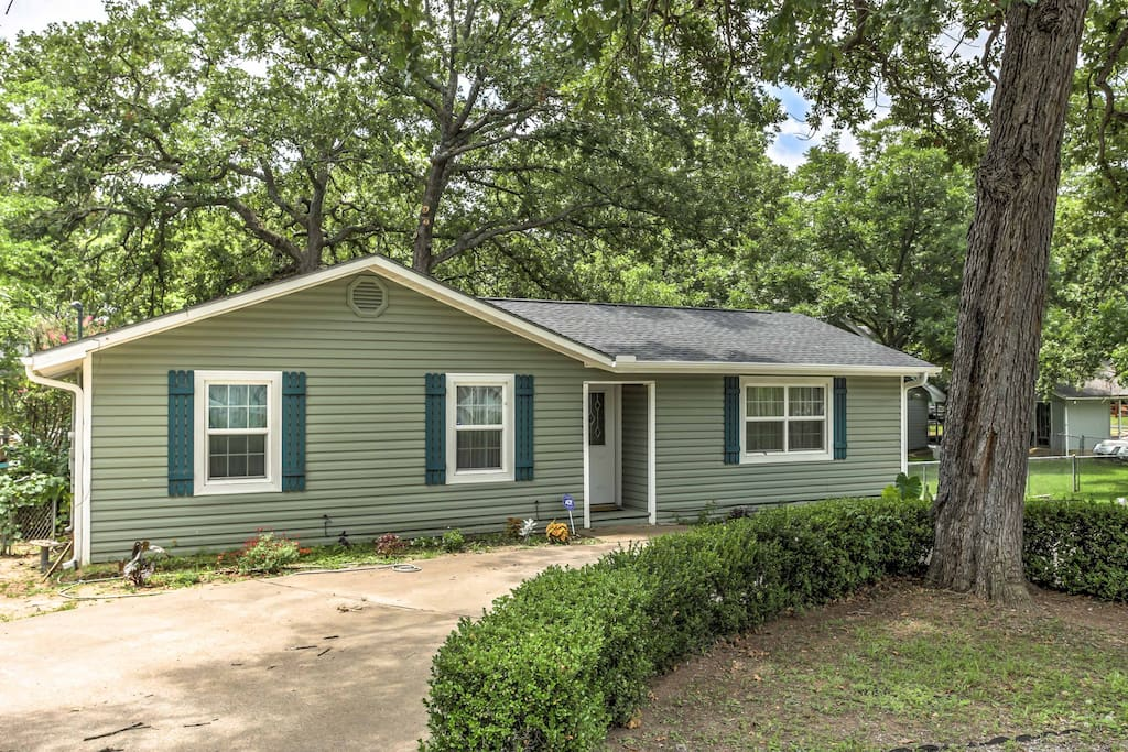 Offering a peaceful waterfront location in a quiet neighborhood with accommodations for 6, this bright property is ideal for friends or families seeking a relaxing Texas escape.