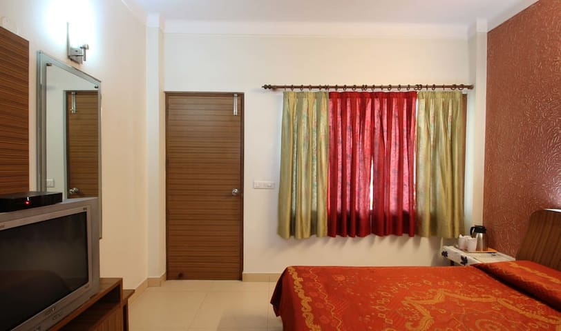 Private Room in the heart of City (Panchsheel )