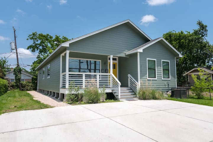 Belle 2BR Bungalow | Downtown Med Center Stadiums