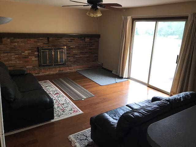 Ranch House - 15 mins from Cle Airport