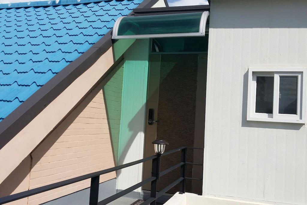 2층집 입구 현관입니다.