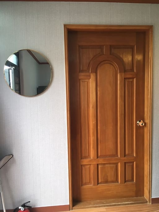 안방입구(a room door)