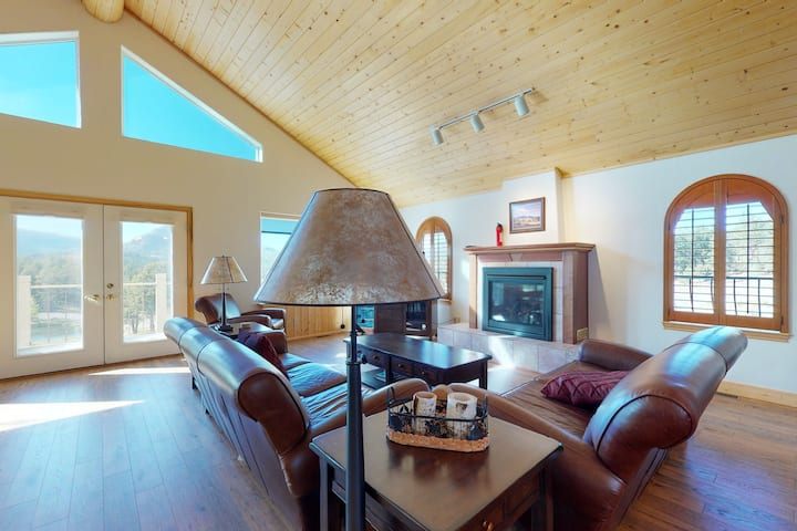 Lovely mountain home w/deck/WiFi near trails, restaurants, and national parks!