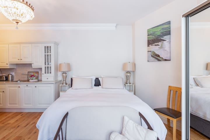 """""""Super king bed, with the nicest/ comfy sheets"""" SuperKing bed (6ft) top quality pocket sprung mattress, Egyptian 100% white crisp cotton linens. Enjoy the relaxing ambience.  """"I slept like a baby"""""""
