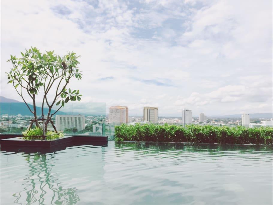 顶楼无边泳池,实景拍摄 swimming pool