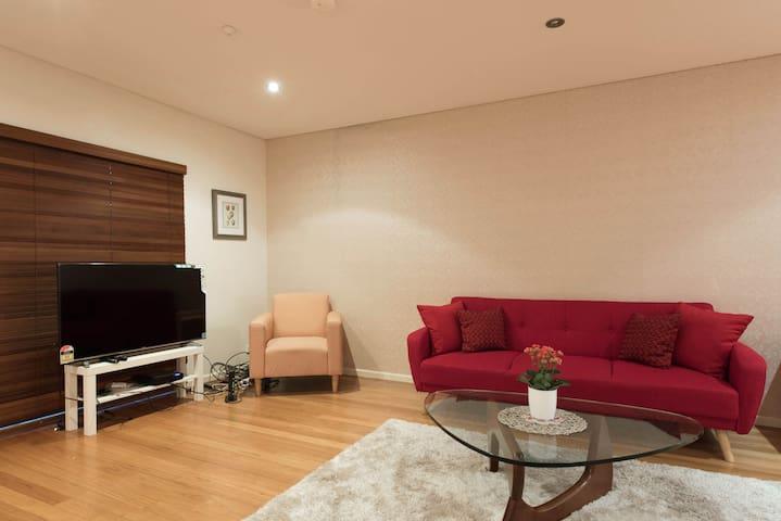 X-L Room W/Balcony Luxury House -12 Min CentralCBD