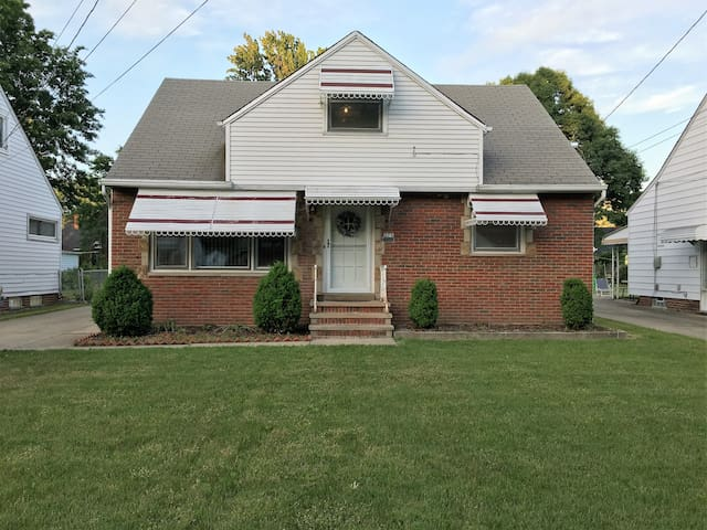 Charming Surburban Bungalow Near Lake Erie - Euclid