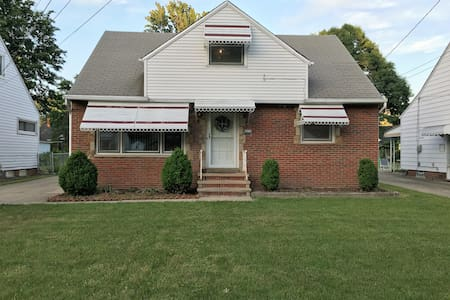 Charming Surburban Bungalow Near Lake Erie - Huis