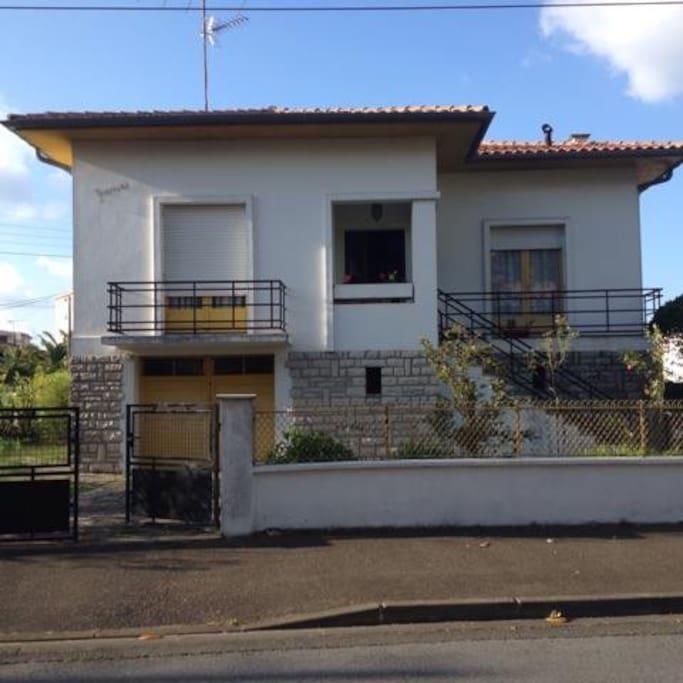 Chambre avec vue sur jardin dans villa familiale maisons louer dax aquitaine limousin - Maison a louer avec jardin wasquehal dijon ...