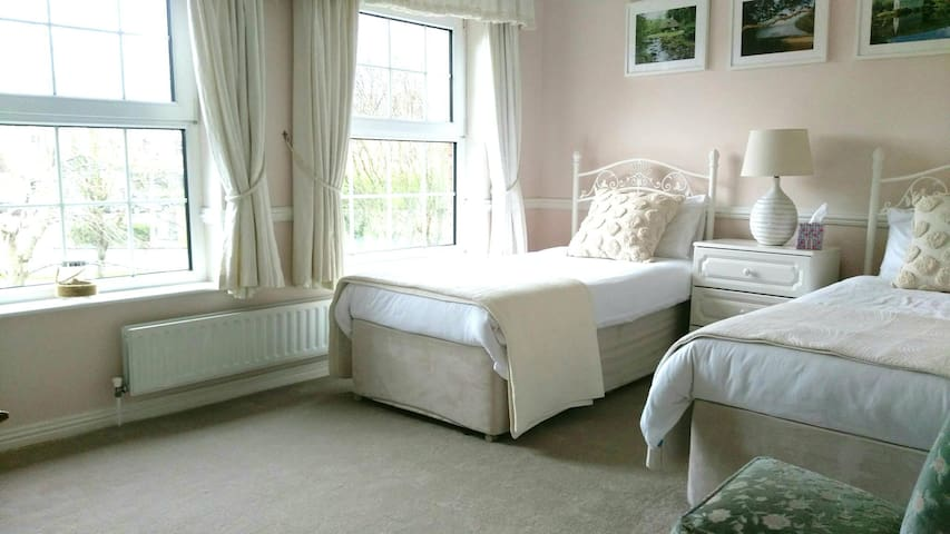 Large twin ensuite b&b near Shannon airport