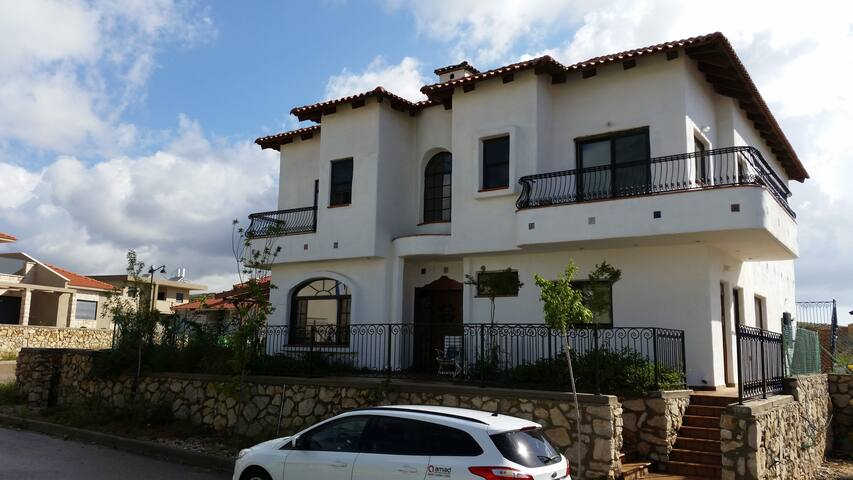 Beautiful spacious Spanish Style Grand Home - Meron