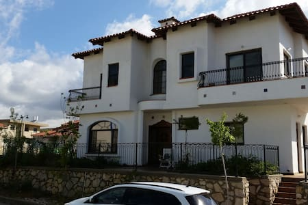 Beautiful spacious Spanish Style Grand Home - Meron - Casa
