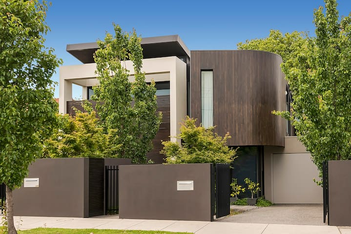 McKinnon - Parkside Luxury living - Family Home