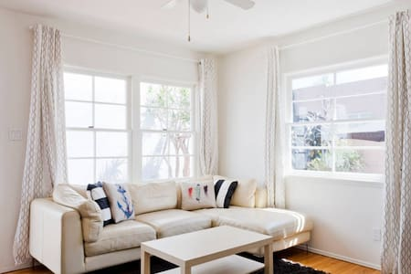Colorful 1 BR w/ Backyard Patio & Grill - Marina del Rey