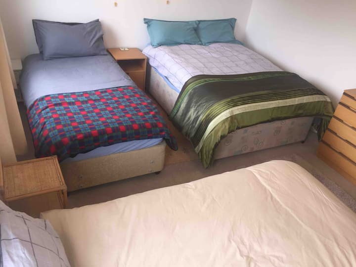 Large Room, near Hospital, Uni, theatre SLEEPS 1-4