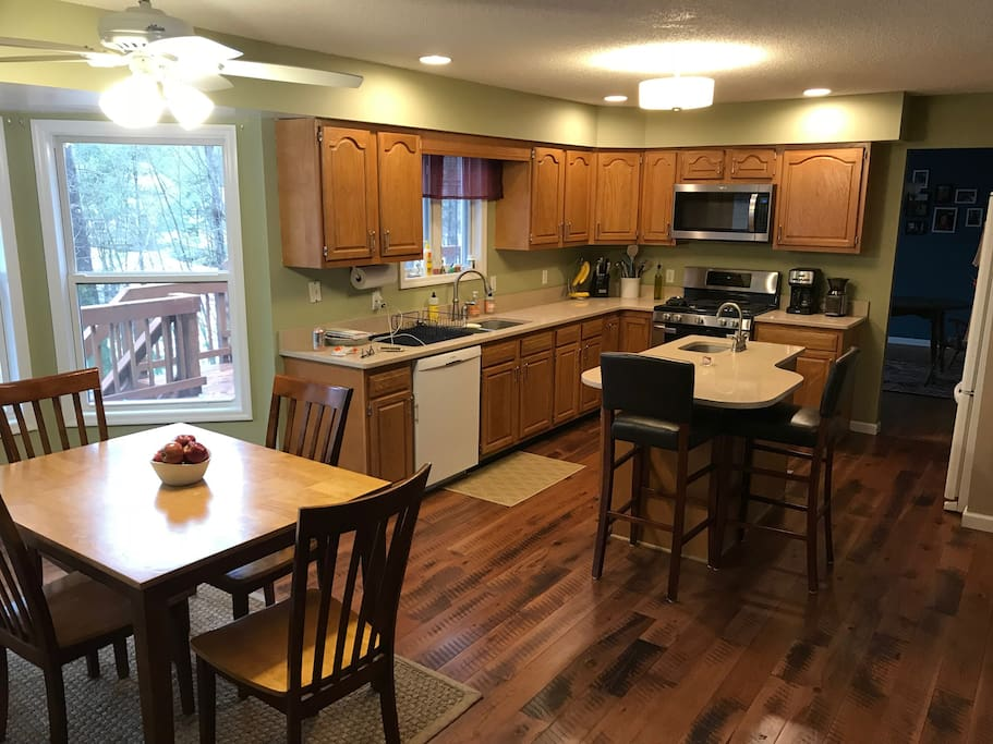 Eat in kitchen, gas stove, dishwasher and microwave