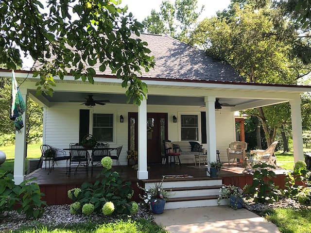 Cozy River Retreat, Renovated Farmhouse, Sleeps 9