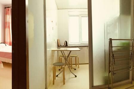 根河市惠泽馨苑A区,两个卧室,三张1.5米大床,可住6人,可加人,安全,干净