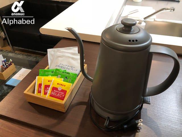 電気ケトルとお茶・コーヒーのセットを用意しています。(直火ではありません)