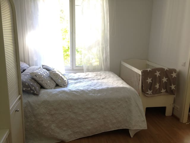 1 bedroom apartment with yard, close to airport