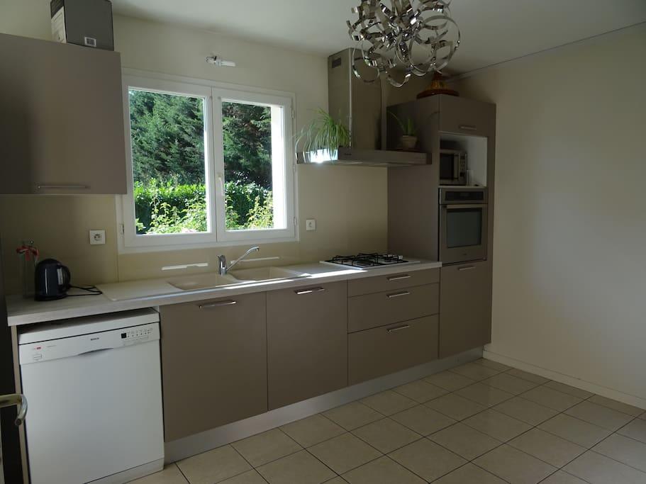 Une grande cuisine spacieuse et fonctionnelle.