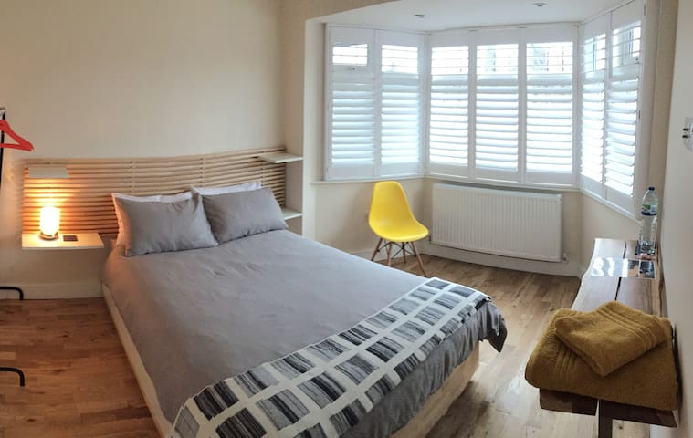 Bright and cosy double bedroom in a friendly house - London - House