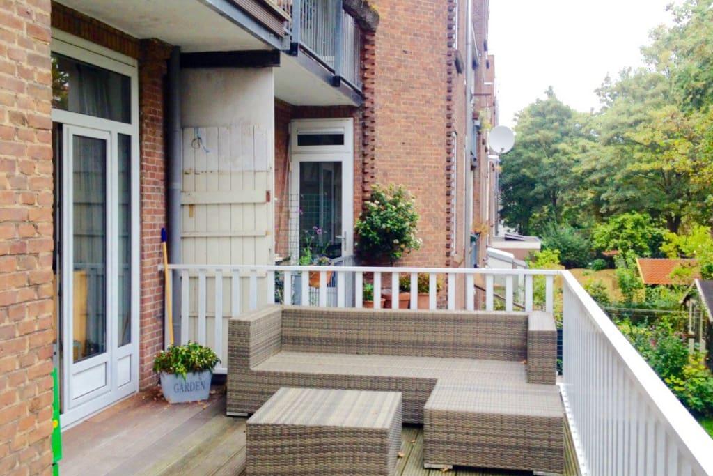 Enjoy a nice cup of coffee or tea on this nice balcony!