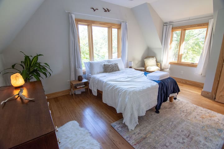 Brand New Beautiful Light-Filled Home w/King Bed