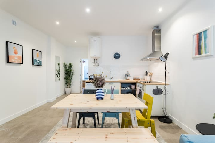Kitchen area and dinning table. Very bright, spacious and airy; oven, 4 stoves, fridge freezer, coffee, coffee machine, tea, tea pot, kettle, toaster, cutlery, cups, kitchen towels, and cookings utensils and basics like salt, olive oil and pepper.