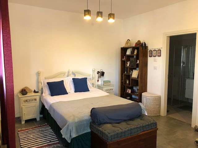Master bedroom and bathroom (Queen Size bed)