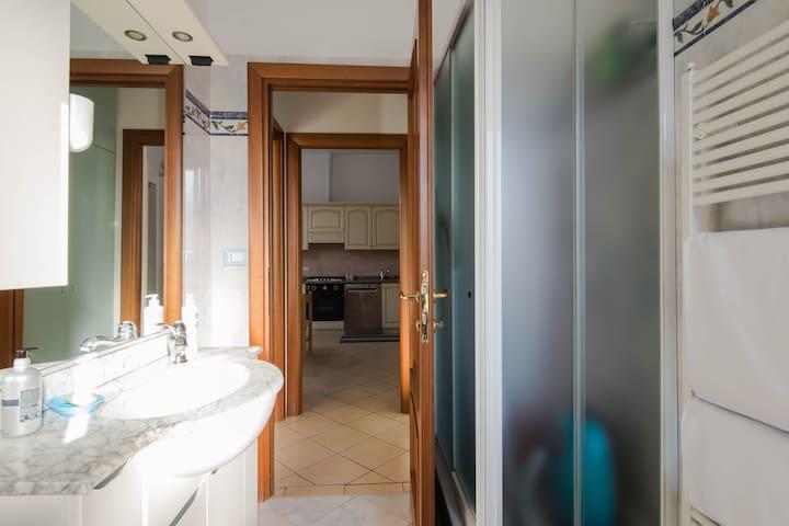 La doccia con il porta salviette a fianco per avere asciugamani sempre tiepidi.