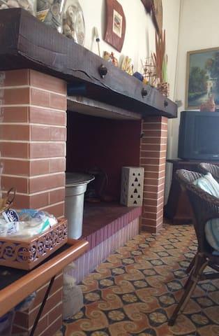 """Il camino """"abitabile"""" interno domina il soggiorno!"""