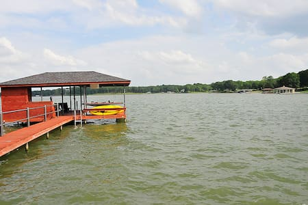 Lake Front House with Boat House - Casa